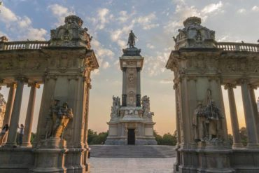 Estanque grande Retiro Madrid. Monumento a Alfonso XII.