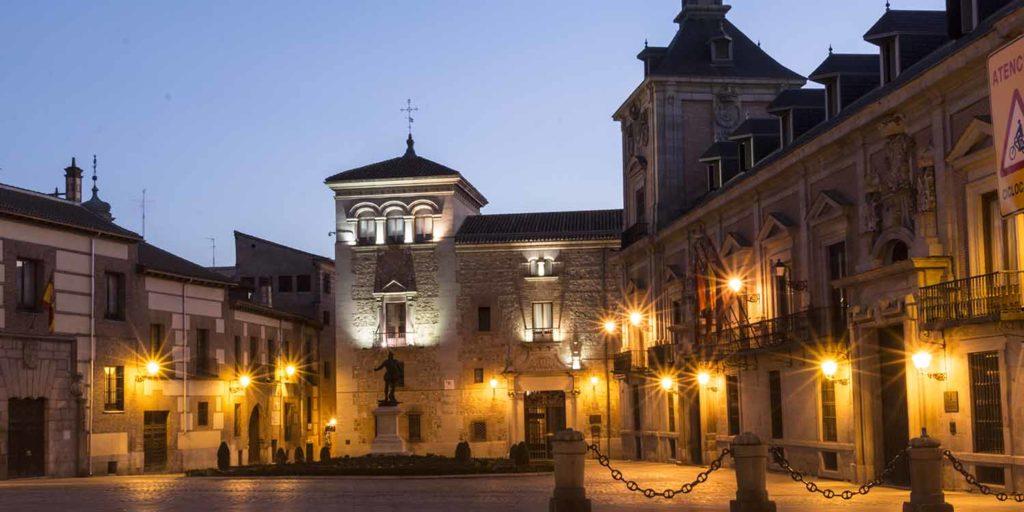 Imagen Plaza de la Villa de Madrid de noche. Cicerone Plus