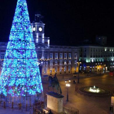 Imagen de la Puerta del Sol de Madrid en Navidad por la noche. Cicerone Plus