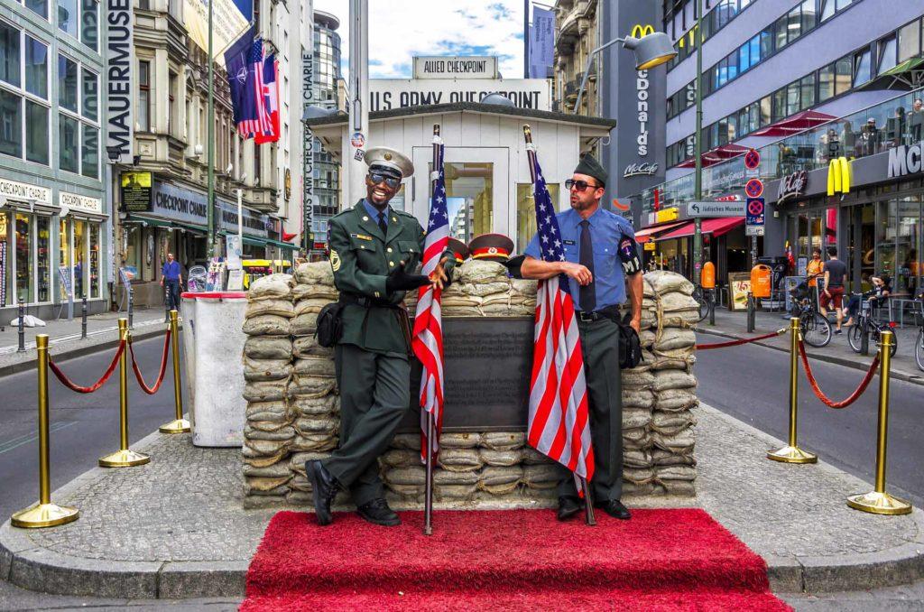 Imagen Checkpoint Charlie de Berlín en Alemania. Cicerone Plus.